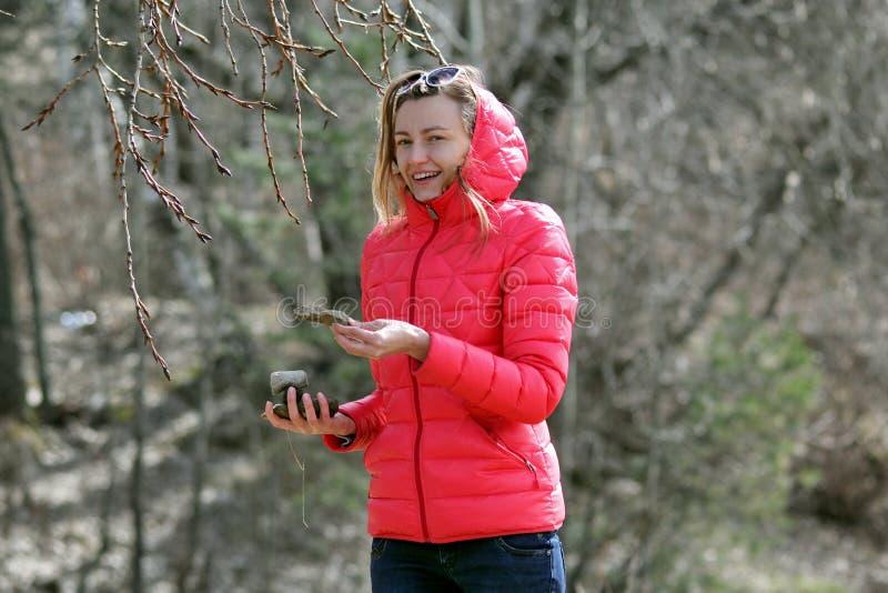 προαστιακός περίπατος άνοιξη ημέρας δασικός Κορίτσι στη λίμνη στοκ εικόνες με δικαίωμα ελεύθερης χρήσης