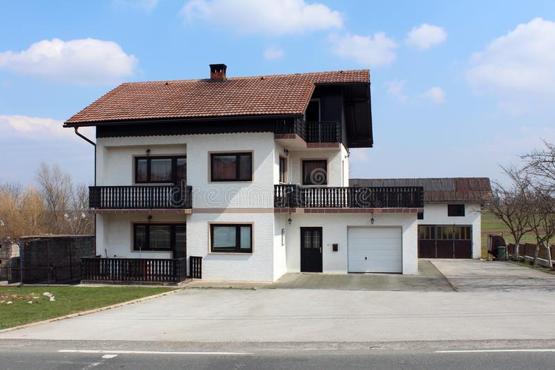 Προαστιακό οικογενειακό σπίτι με το παλαιό μπαλκόνι φρακτών ύφους ξύλινο στοκ φωτογραφίες με δικαίωμα ελεύθερης χρήσης