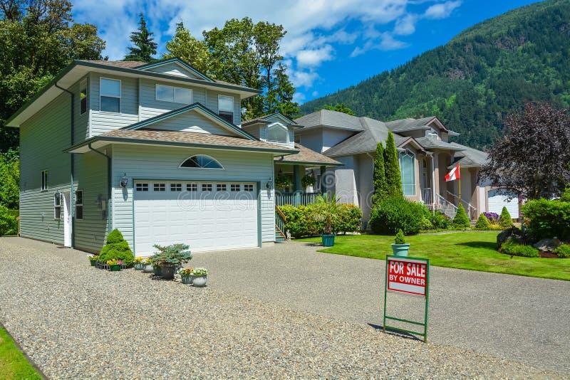 Προαστιακό σπίτι με τη θέα βουνού και υπόβαθρο μπλε ουρανού για την πώληση στοκ εικόνες με δικαίωμα ελεύθερης χρήσης