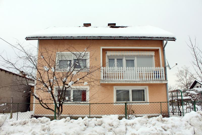 Προαστιακό σπίτι το άσπρο μπαλκόνι φρακτών στύλων που καλύπτεται με με το χιόνι στοκ εικόνες με δικαίωμα ελεύθερης χρήσης