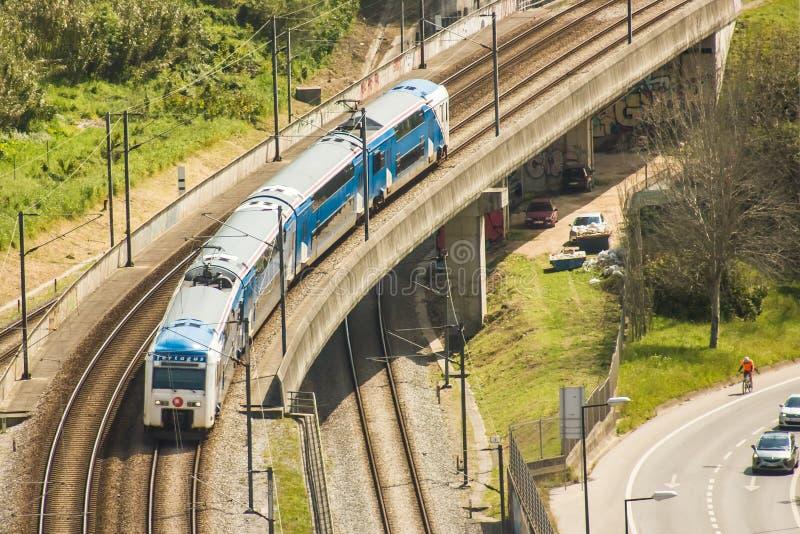 Προαστιακό τραίνο που διασχίζει μια οδογέφυρα πέρα από την κοιλάδα Alcântara στη Λισσαβώνα, Πορτογαλία στοκ εικόνες