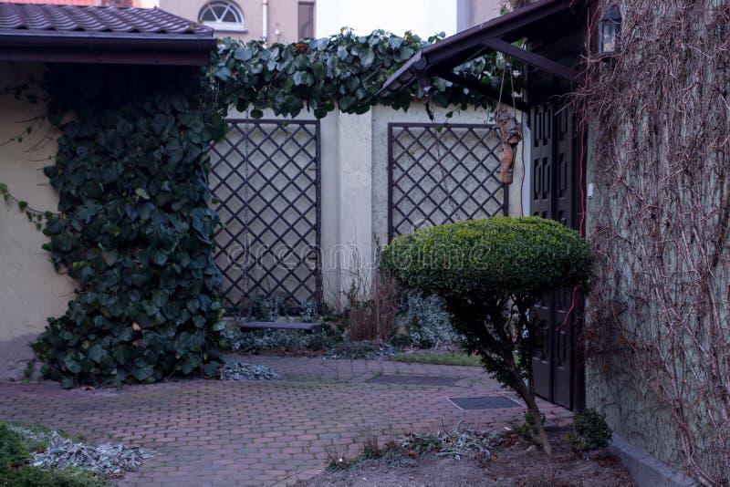 Προαύλιο ενός ευρωπαϊκού σπιτιού για 2 οικογένειες στοκ φωτογραφίες με δικαίωμα ελεύθερης χρήσης