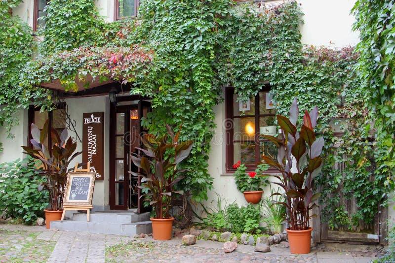 Προαύλιο ενός ειδυλλιακού εστιατορίου καφέδων, Vilnius, Λιθουανία στοκ φωτογραφία με δικαίωμα ελεύθερης χρήσης