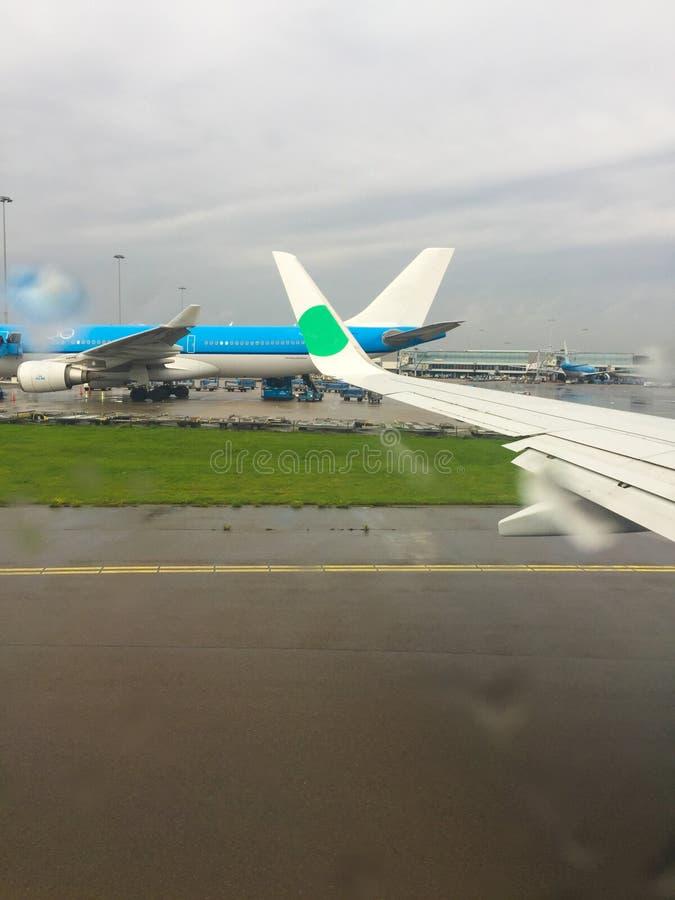 Προβολή από το αεροπλάνο στο αεροδρόμιο Πτήση Βροχερός καιρός στοκ εικόνες με δικαίωμα ελεύθερης χρήσης
