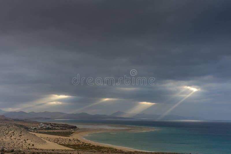 Προβολή το πρωί στις ακτές του Risco del Paso στο Fuerteventura με ηλιοβασίλεμα στοκ εικόνες