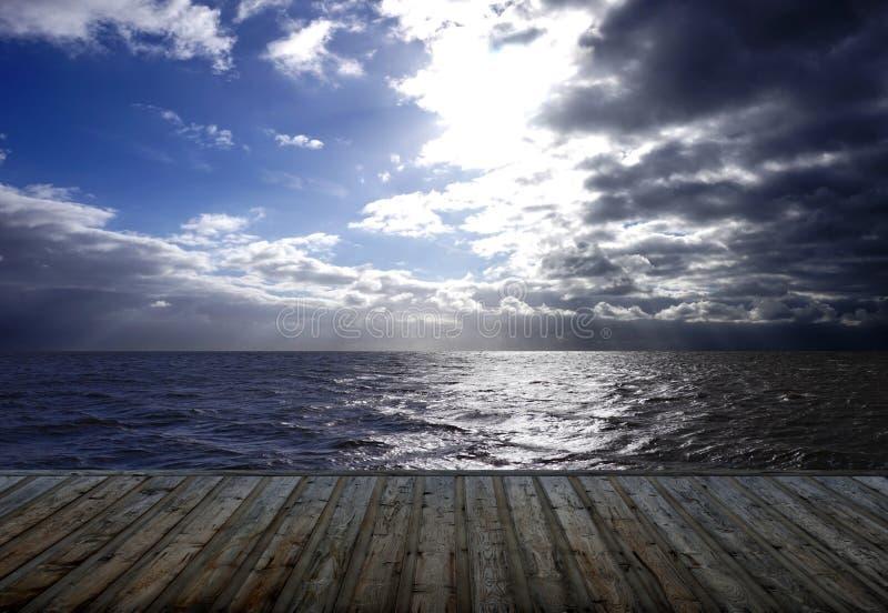 Προβολή ωκεανού - Ξύλινοι πλανήτες δίπλα στο νερό στοκ εικόνες