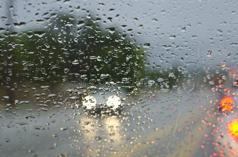 Προβολείς στις πτώσεις βροχής στοκ εικόνες