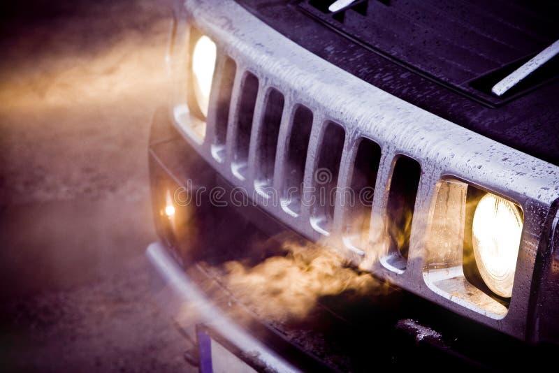Προβολείς και κάγκελα χρωμίου ενός μεγάλου ισχυρού αμερικανικού SUV στοκ εικόνες με δικαίωμα ελεύθερης χρήσης