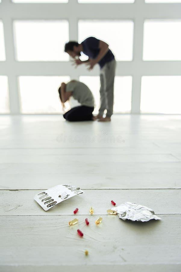 Προβλήματα αιτιών φαρμάκων στην οικογένεια στοκ εικόνα με δικαίωμα ελεύθερης χρήσης