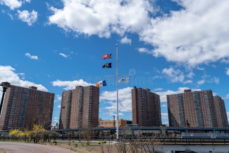Προγράμματα στέγασης NYC στη 145η οδό και το Malcolm Χ λεωφόρος σε Harlem, όπως βλέπει από το Bronx, πόλη της Νέας Υόρκης, ΗΠΑ στοκ φωτογραφία