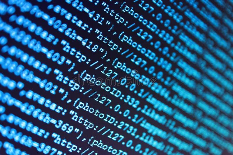 Προγραμματίζοντας αφηρημένη τεχνολογία κώδικα Ψηφιακά δυαδικά στοιχεία όσον αφορά τη οθόνη υπολογιστή Ειδικός εργασιακός χώρος ΤΠ στοκ φωτογραφία με δικαίωμα ελεύθερης χρήσης