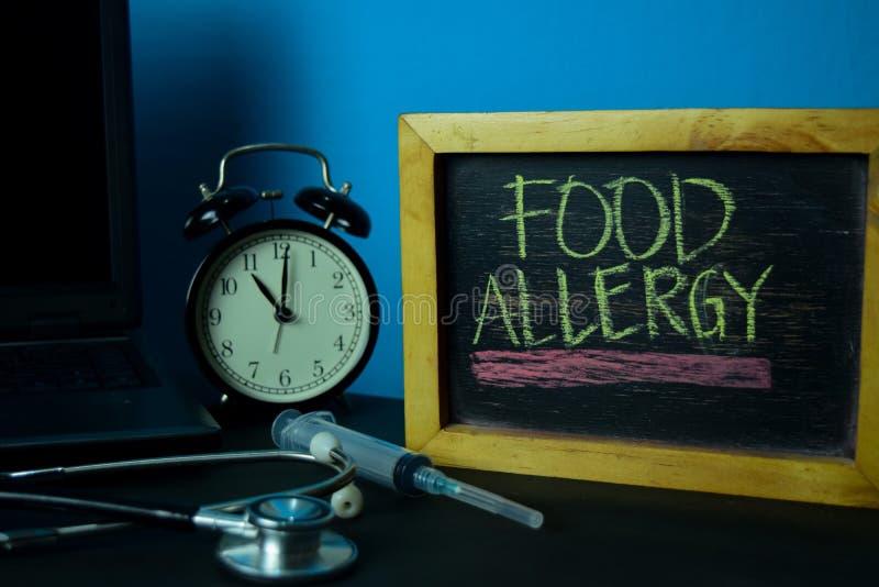 Προγραμματισμός αλλεργίας τροφίμων στο υπόβαθρο του λειτουργώντας πίνακα με τις προμήθειες γραφείων στοκ εικόνα με δικαίωμα ελεύθερης χρήσης