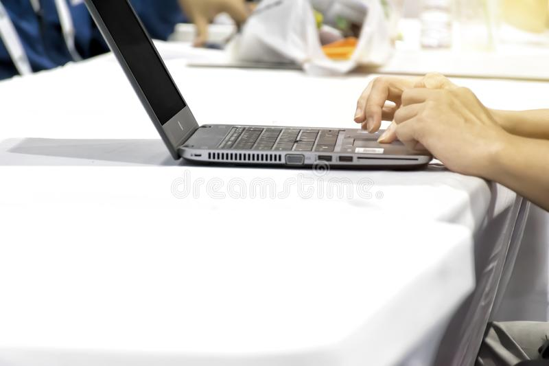 Προγραμματισμός για το lap-top χρήσης στον εργασιακό χώρο στοκ φωτογραφία με δικαίωμα ελεύθερης χρήσης