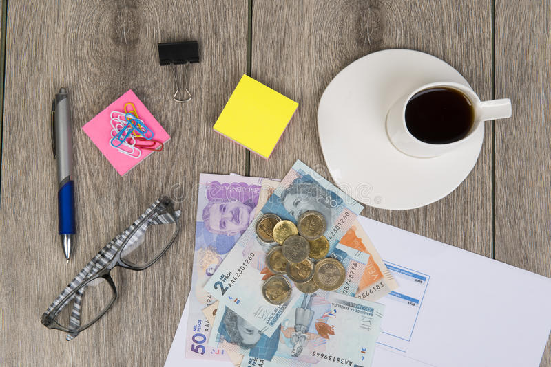 Προγραμματισμός επιχειρήσεων και προϋπολογισμών με τα κολομβιανά χρήματα στοκ εικόνα
