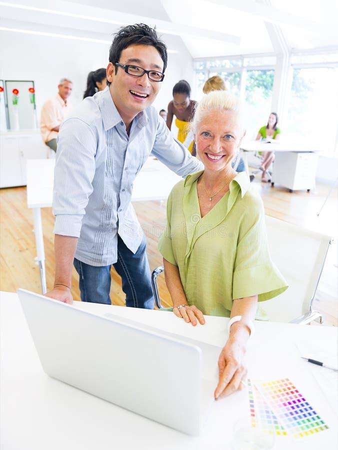 Προγραμματισμός ομάδας σχεδίου για ένα νέο πρόγραμμα μέσα στο γραφείο στοκ εικόνα με δικαίωμα ελεύθερης χρήσης