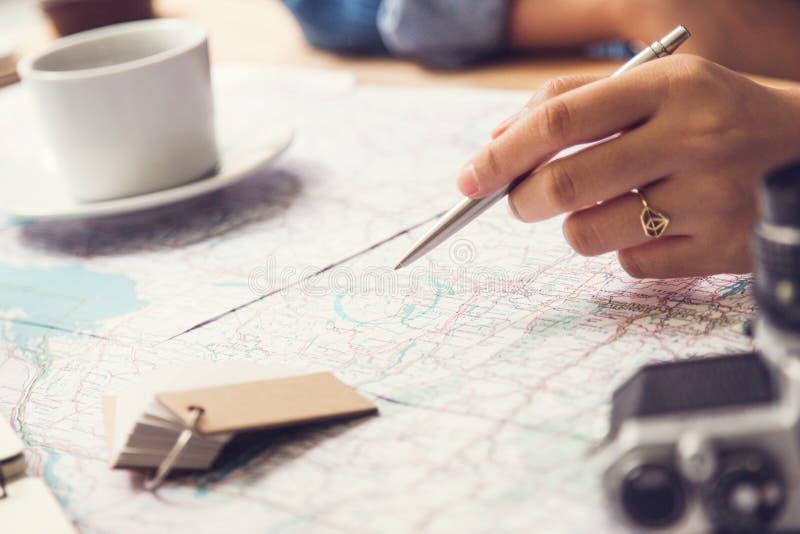 Προγραμματισμός ταξιδιού - χάρτης με τη μάνδρα και τη κάμερα σημειώσεων στοκ φωτογραφία