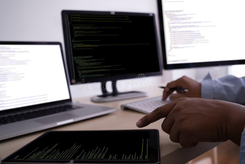 Προγραμματιστής που εργάζεται αναπτυσσόμενος τον Ιστό Desig τεχνολογιών προγραμματισμού στοκ εικόνα