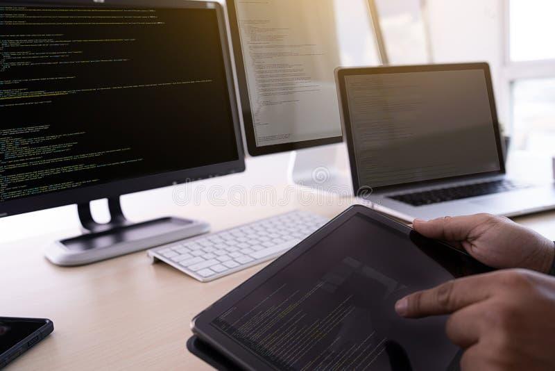 Προγραμματιστής που εργάζεται αναπτυσσόμενος τον Ιστό Desig τεχνολογιών προγραμματισμού στοκ φωτογραφία