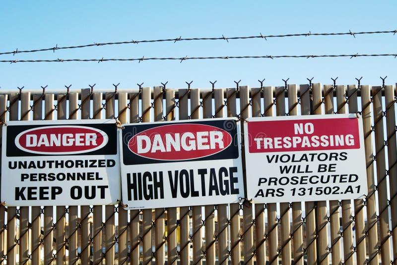 προειδοποίηση 2 σημαδιών στοκ φωτογραφία με δικαίωμα ελεύθερης χρήσης