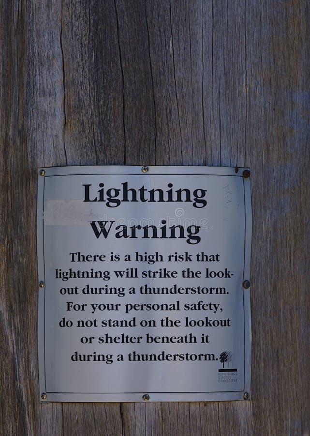 Προειδοποιητικό σημάδι αστραπής στον πίνακα Wodden στοκ φωτογραφία