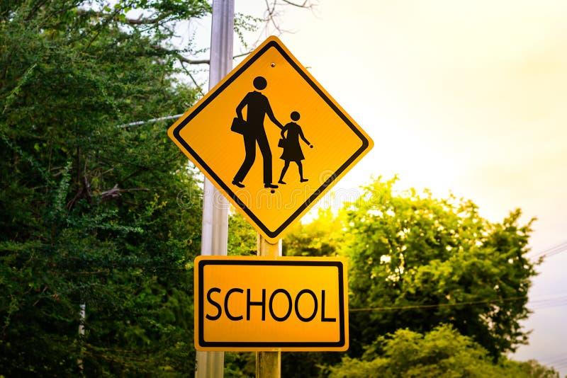 Προειδοποιητικό σημάδι για το σχολείο σπουδαστών που διασχίζει την οδό στοκ φωτογραφία