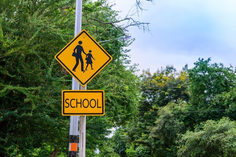 Προειδοποιητικό σημάδι για το σχολείο σπουδαστών που διασχίζει την οδό στοκ φωτογραφία με δικαίωμα ελεύθερης χρήσης