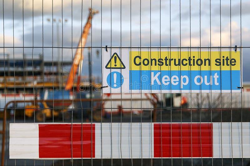 Προειδοποιητικό σημάδι εργοτάξιων οικοδομής που καθοδηγεί τους ανθρώπους για να κρατήσει έξω στοκ φωτογραφία με δικαίωμα ελεύθερης χρήσης