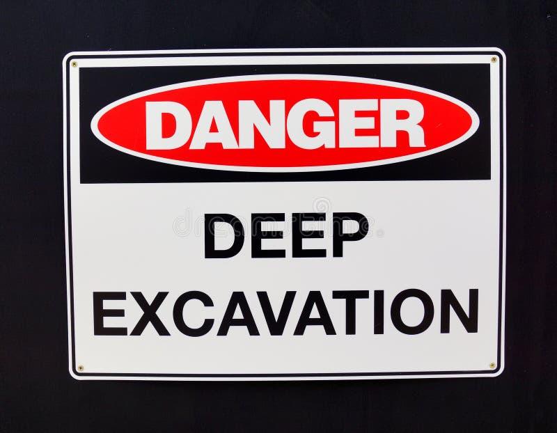Προειδοποιητικό σημάδι  Κίνδυνος, βαθιά ανασκαφή στοκ εικόνα