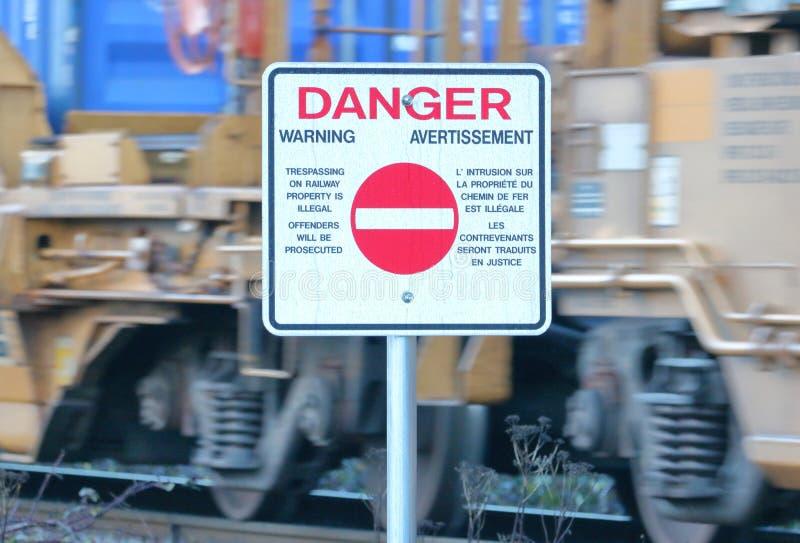 Προειδοποιητικό σημάδι και επιταχυνόμενο τραίνο στοκ εικόνες