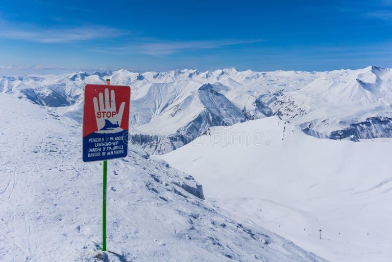 Προειδοποιητικό σημάδι χιονοστιβάδων, χειμερινό τοπίο στοκ φωτογραφία με δικαίωμα ελεύθερης χρήσης