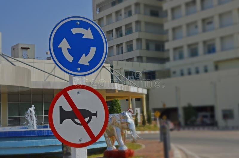 Προειδοποιώντας και απαγορεύστε το σημάδι κυκλοφορίας στην πηγή του κτηρίου στοκ εικόνες