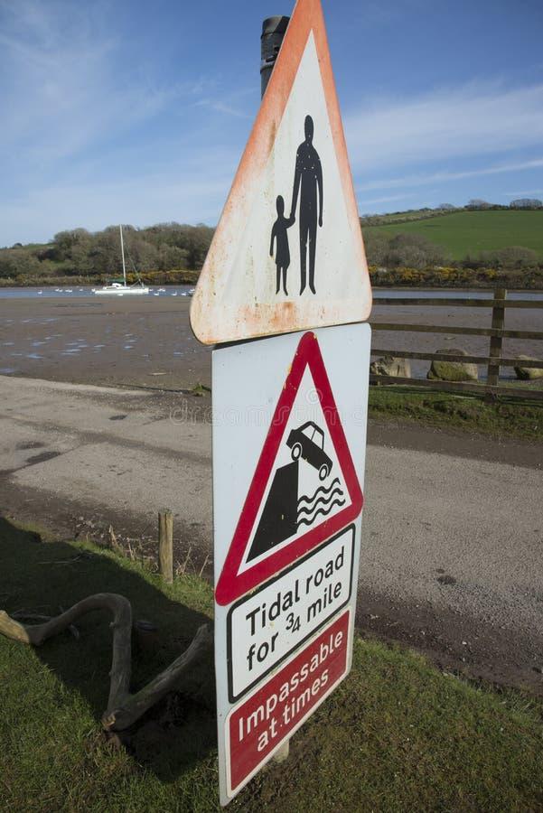 Προειδοποιητικά σημάδια του παλιρροιακού δρόμου στην άκρη του δρόμου στοκ φωτογραφία με δικαίωμα ελεύθερης χρήσης