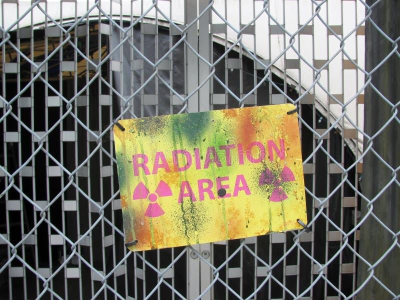 Προειδοποιητικό σημάδι περιοχής ακτινοβολίας στοκ εικόνες