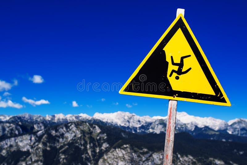 Προειδοποιητικό σημάδι - πιθανή πτώση από τον απότομο βράχο βουνών στοκ εικόνες