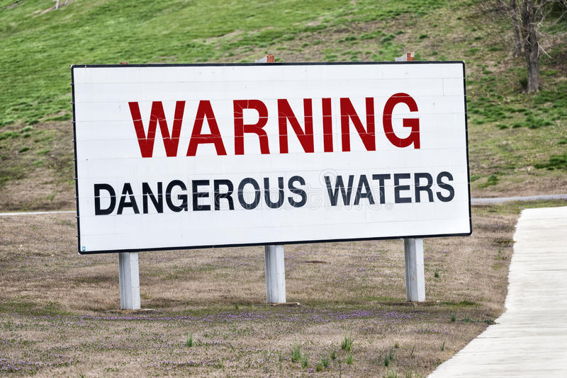 Προειδοποιώντας επικίνδυνο σημάδι νερών στοκ φωτογραφίες