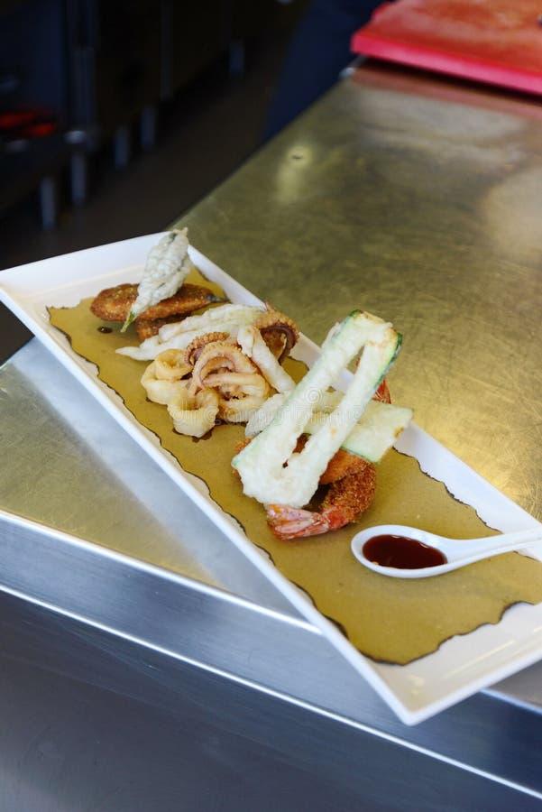 Προετοιμάζοντας τα ψάρια tempura στα ιταλικά ύφος στοκ φωτογραφία με δικαίωμα ελεύθερης χρήσης