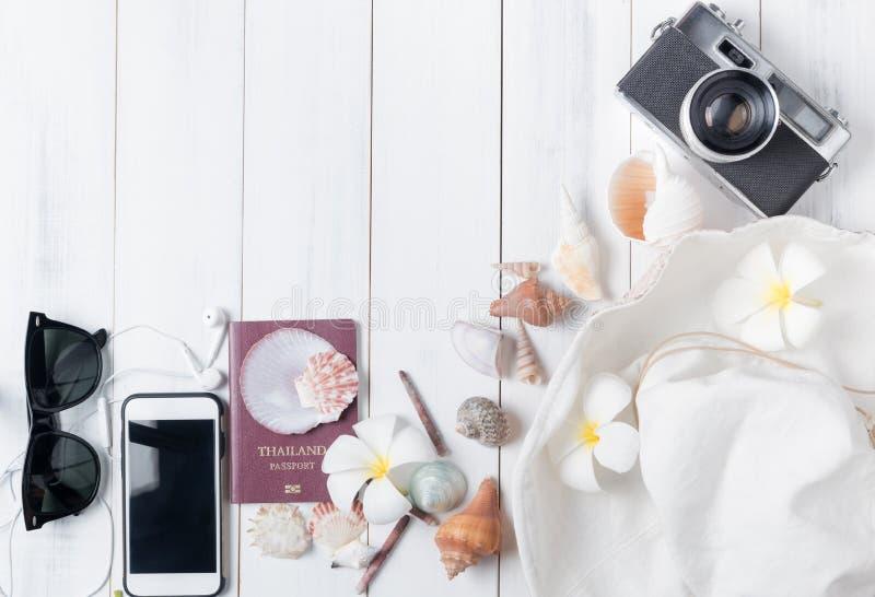 Προετοιμάστε τα εξαρτήματα και τα στοιχεία ταξιδιού άσπρο σε ξύλινο στοκ φωτογραφία με δικαίωμα ελεύθερης χρήσης