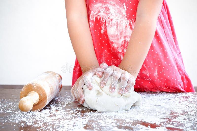 προετοιμάστε τη ζύμη πιτσών στοκ εικόνες