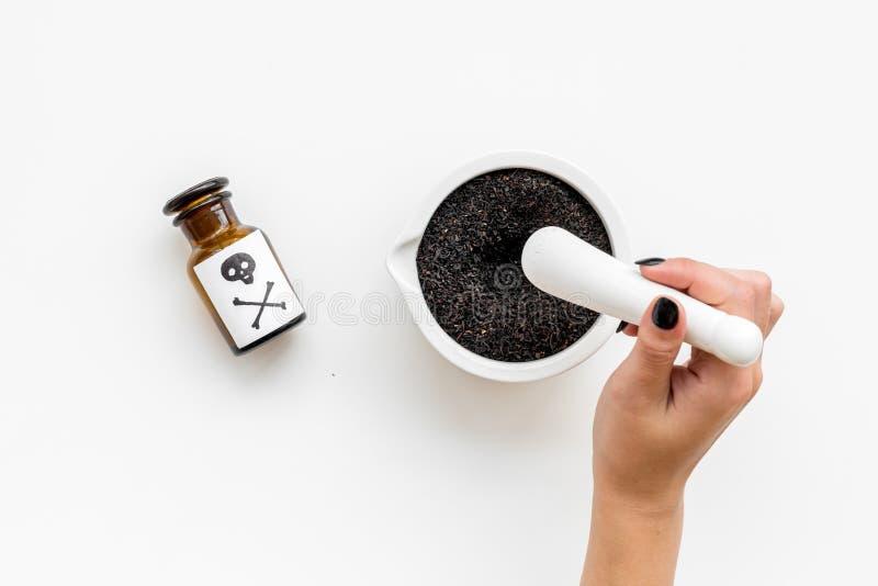 Προετοιμάστε το δηλητήριο Μπουκάλι με το κρανίο και crossbones κοντά στο χέρι που κάνει τη σκόνη στο κονίαμα στο άσπρο αντίγραφο  στοκ φωτογραφίες με δικαίωμα ελεύθερης χρήσης