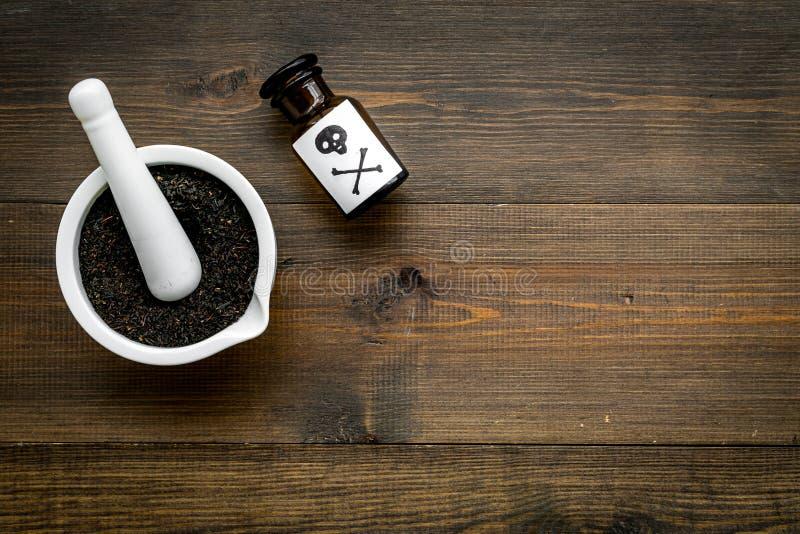 Προετοιμάστε το δηλητήριο Μπουκάλι με το κρανίο και crossbones κοντά στο κονίαμα και pounder στο σκοτεινό ξύλινο διάστημα άποψης  στοκ φωτογραφίες με δικαίωμα ελεύθερης χρήσης