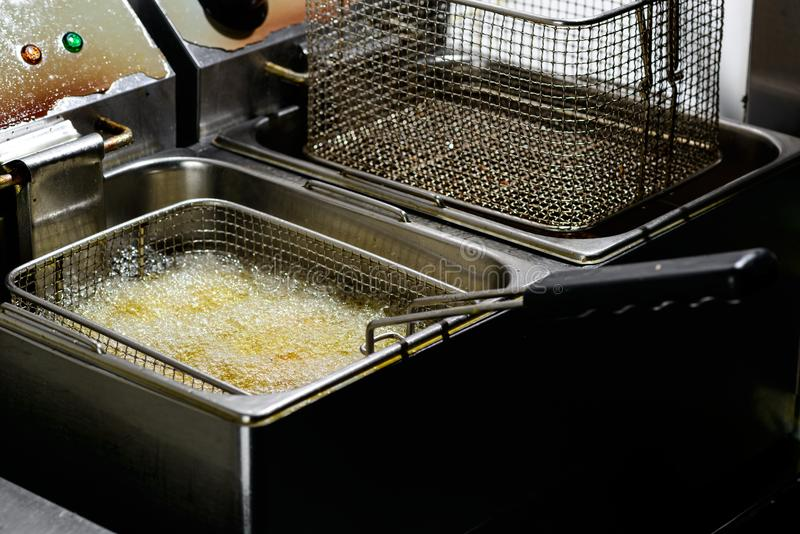 Προετοιμασία βαθύ fryer Φρέσκα τηγανητά σφαιρών Falafel στο καυτό FA στοκ φωτογραφία με δικαίωμα ελεύθερης χρήσης