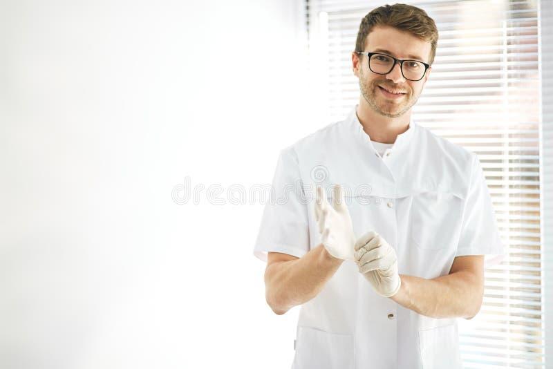 Προετοιμασία για μια χειρουργική επέμβαση στην κλινική στοκ φωτογραφία
