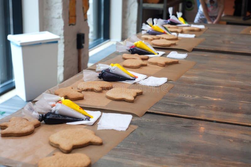 Προετοιμασία για τη μαγειρική κατηγορία - το ντεκόρ του κέικ μελοψωμάτων με το λούστρο, στους πίνακες βρίσκεται υλικά για την εργ στοκ φωτογραφία με δικαίωμα ελεύθερης χρήσης