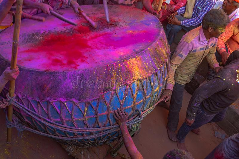 Προετοιμασία για το ινδό φεστιβάλ Holi σε Barsana, Ινδία στοκ φωτογραφία