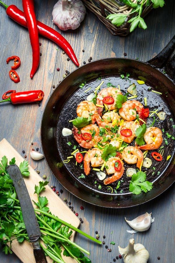 Προετοιμασία για το μαγείρεμα των γαρίδων με τα χορτάρια στοκ εικόνες