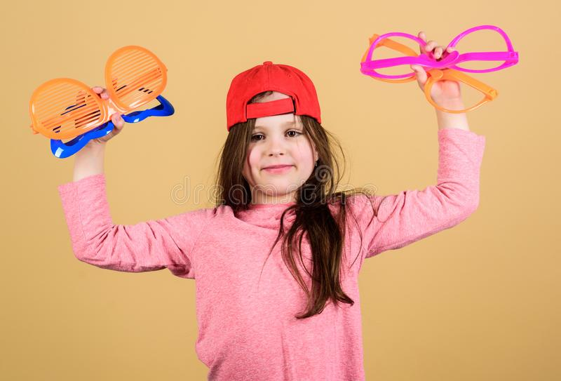Προετοιμασία ενός δροσερού κόμματος Μοντέρνο κορίτσι κομμάτων Λατρευτό κορίτσι κομμάτων που κρατά τα φανταχτερά γυαλιά Χαριτωμένη στοκ φωτογραφία με δικαίωμα ελεύθερης χρήσης