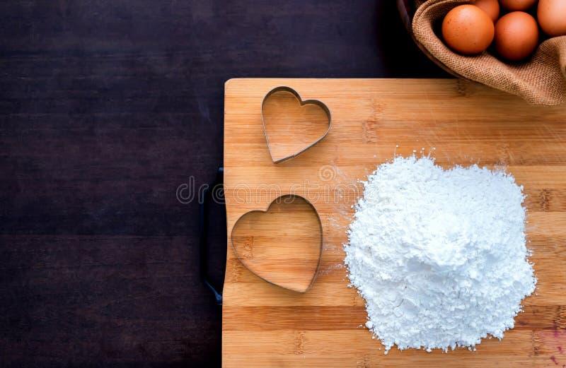 Προετοιμασία ενός συστατικού με αυγά και αλεύρι για τη μαγειρική σπιτική γλυκιά τούρτα στοκ φωτογραφίες με δικαίωμα ελεύθερης χρήσης