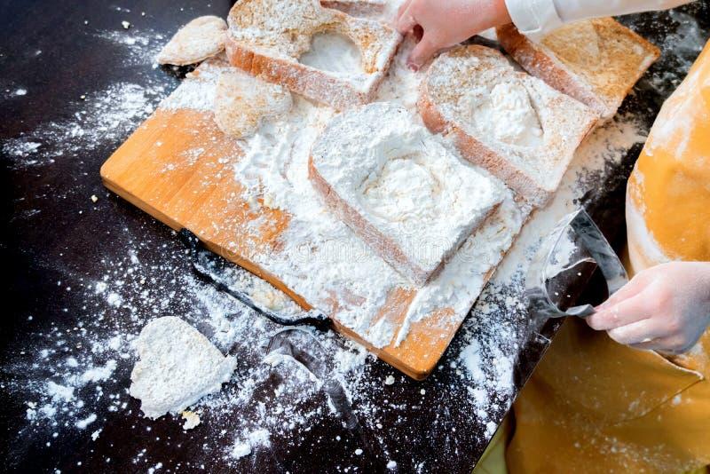 Προετοιμασία ενός συστατικού με αυγά και αλεύρι για τη μαγειρική σπιτική γλυκιά τούρτα στοκ εικόνα με δικαίωμα ελεύθερης χρήσης