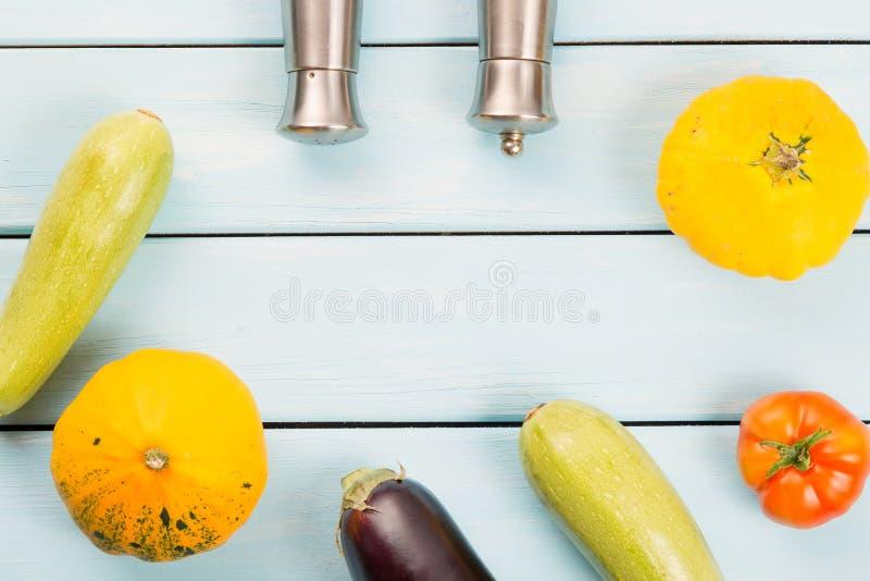 Προετοιμασία λιχουδιών σαλάτας υγιής χορτοφάγος τροφίμ&omeg Ντομάτα, κολοκύθα θάμνων, κολοκύνθη κολοκυθιού, μελιτζάνα με το αλατο στοκ εικόνες