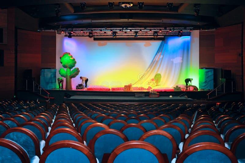 Προετοιμασία μιας σκηνής για μια απόδοση στο θέατρο στοκ φωτογραφία με δικαίωμα ελεύθερης χρήσης